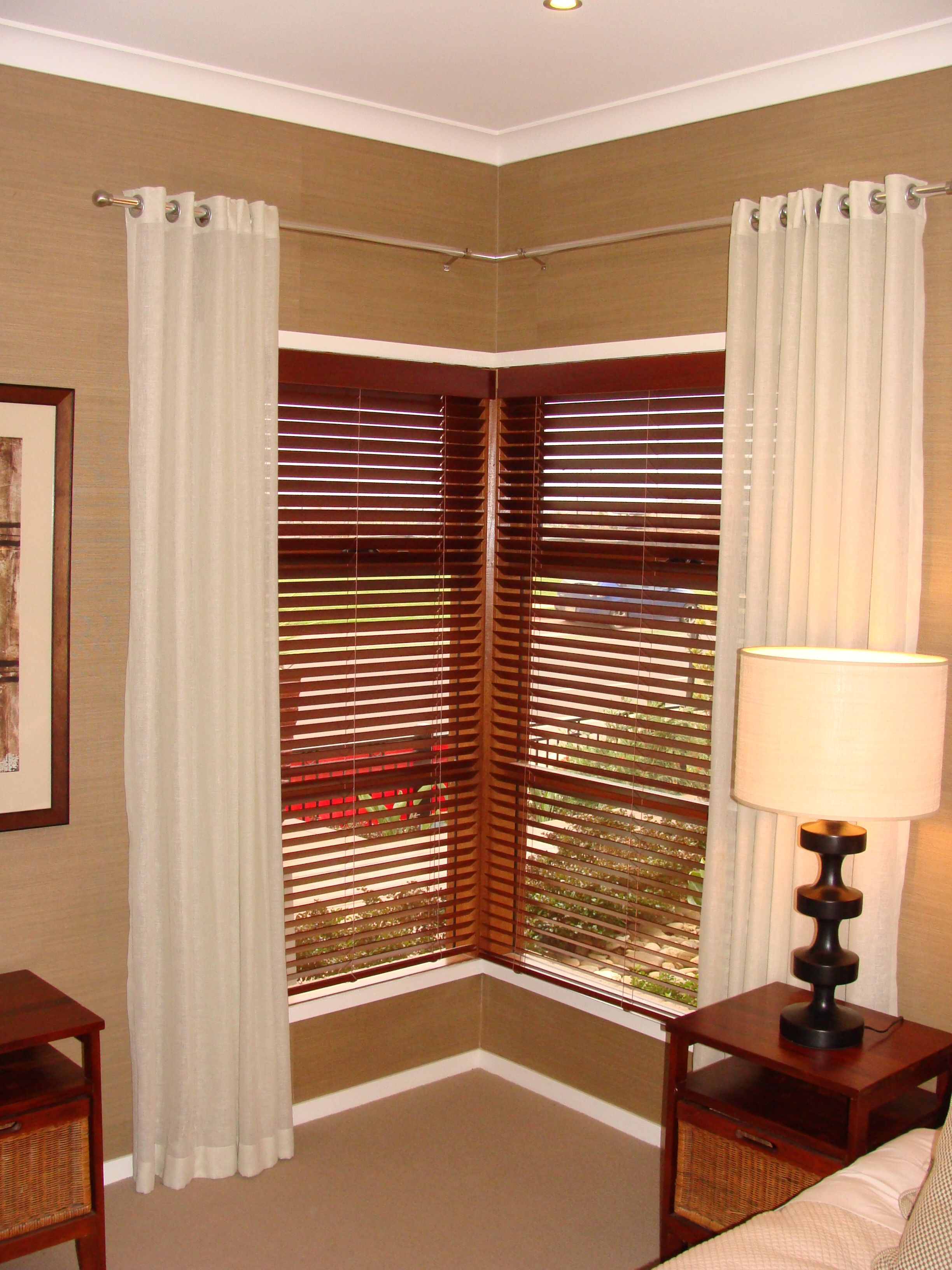 Wooden venetian blinds for corner window design and white fabric