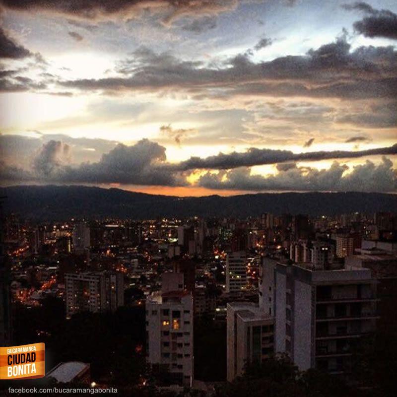 Cada día, cuando termina el día, podemos disfrutar de estos hermosos colores de nuestros atardeceres en Bucaramanga. Gracias @pa73co por la foto #atardecerBUC