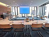 Mit unseren großzügigen und lichtdurchfluteten Tagungsräumen können Sie zu Ihren Besprechungen, Konferenzen oder Vorträgen in eine moderne Business-Kulisse einladen. Bis zu 20 Personen können in unseren stilvollen und eleganten Konferenzräumen tagen.