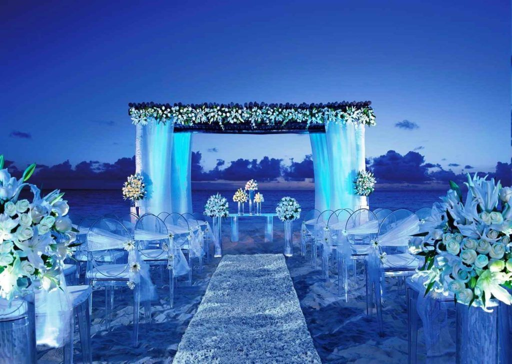 Beach Wedding Decorations Some Simple Ideas To Have A Memorable Beach Wedding Dailype Night Beach Weddings Beach Wedding Decorations Wedding Beach Ceremony