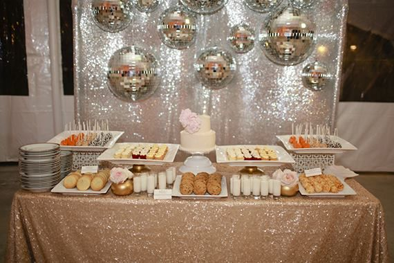 #Dulce..  ¿Qué tal una mesa de #postres llena de deliciosas galletas y pastelitos #horneados? ¡Se antoja! #IdeaDelDía #MesaDePostres #Dessert #Table #Glitter