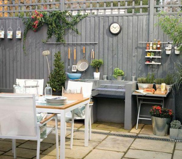 holzzaun design grau gartentisch weiße stühle uhr Zäune - esszimmer im garten gestalten