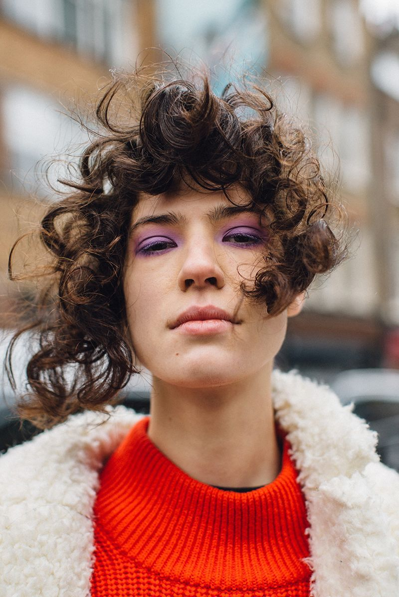 Movimento e identità, i tagli capelli corti ricci da