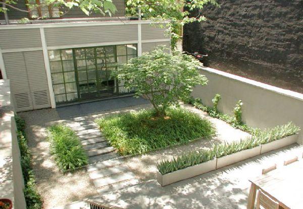 Nie každému sa páči jednofarebná záhrada bez kvetov. Ale existujú aj takéto.   Dominujú stálozelené druhy stromov, kríkov, trávnych kobercov. Ak sa doplnia kvalitným kusom dreva...