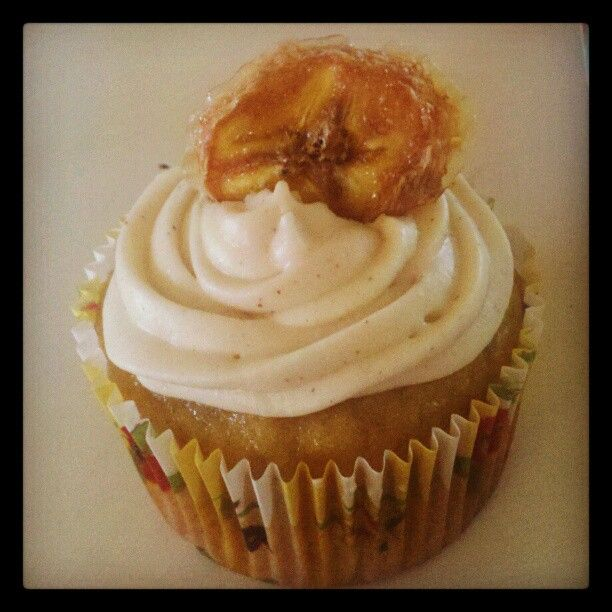 Banana Cupcakes with Cinnamon Cream Cheese Frosting and Banana Chip!!