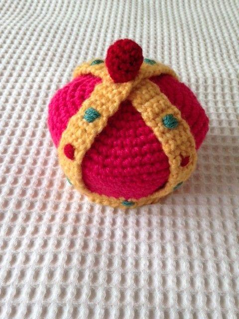 裸の王様の王冠をイメージしたニット帽です。 半年までの新生児用に作成しました、生まれてくれてありがとう!という気持ちを若干込めて編みました。笑■素材はMade... ハンドメイド、手作り、手仕事品の通販・販売・購入ならCreema。