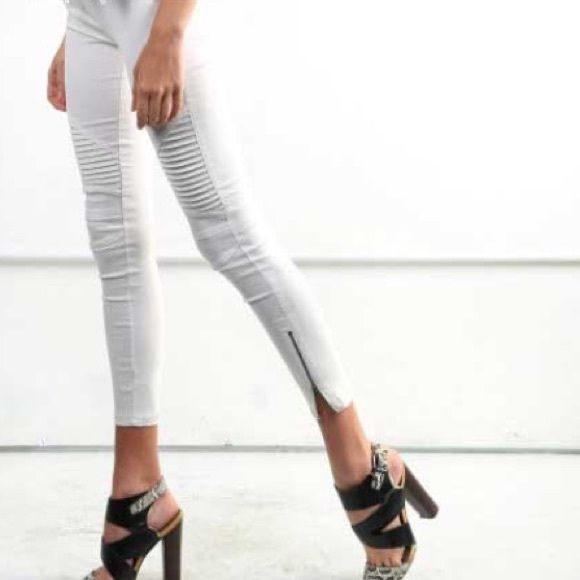 NWT Moto Leggings Selling BNWT Moto leggings! Get these super trendy and very comfortable dark grey Moto leggings at a steal! They go with pretty much everything and are an easy way to make a cute outfit a little edgy. Never worn, these have no flaws. Large is fits an 8-10. Pants Leggings