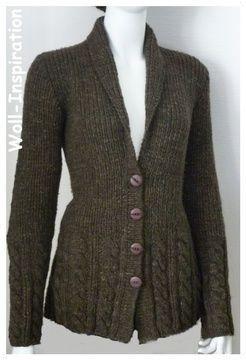 Eine+gut+verständliche+Strickanleitung+in+den+Größen+S/M/L+für+eine+weiche+winterliche+Jacke+mit+Charme.    Die+feminine+Strickjacke+mit+Schalkragen,+Rippenmuster+und+Zopfmuster+vervollständigen+den+schönen+Look.