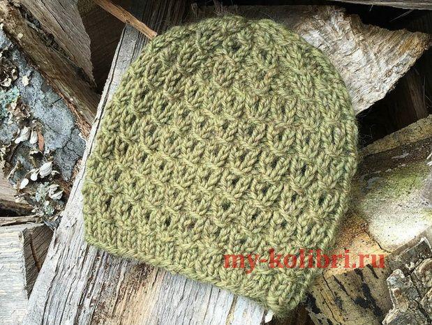 вязание женской шапочки спицами из толстой пряжи простым узором