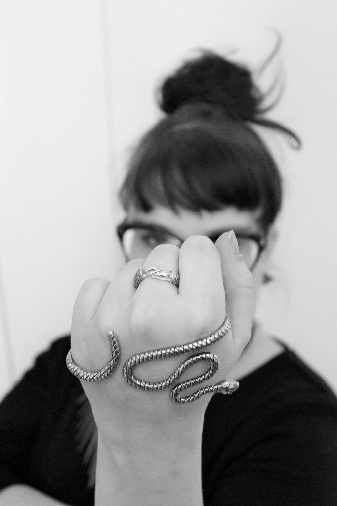 Animalistic details makes the look! #claw #rawblack #handjewelry #ring #snake #silver