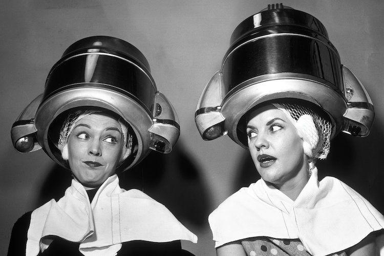 Anni Cinquanta Due donne sedute insieme a spettegolare Un … | Immagini vintage