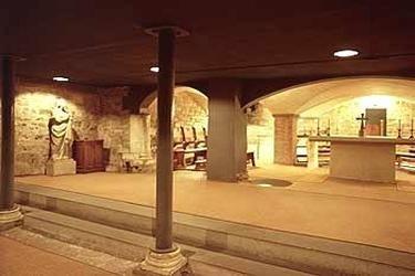 Reparata Firenze, Il museo di Santa Reparata a Firenze. Santa Reparata è l'antica cattedrale di Firenze, sul cui sito è stata eretta Santa Maria del Fiore a partire dal 1296. Grazie ad una campagna di scavi iniziata nel 1966 e culminata tra il 1971 e il 1972 si è riusciti a ricostruire la pianta dell'edificio e a fare alcuni interessanti ritrovamenti. Oggi si possono visitare gli scavi accedendo dalla navata destra del Duomo.