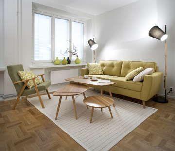 Lämpimiä sävyjä ja retrohenkisyyttä olohuoneen sisustuksessa