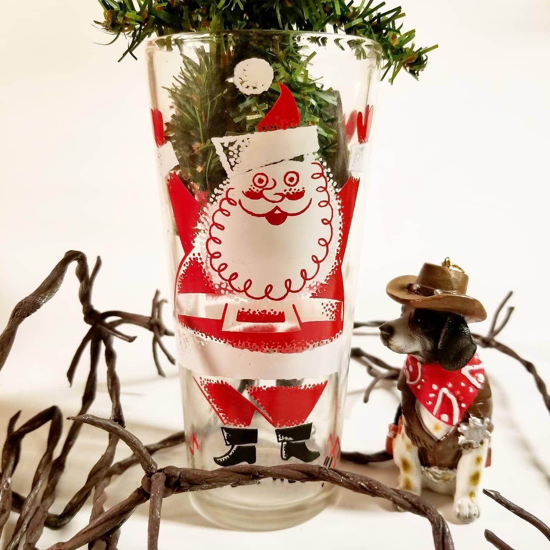 The sheriff and Santa share a smile. 🤠🎅🎄🐶 . #cowboydog #vintagechristmas #vintageglassware #cutechristmas #cowboychristmas #dailychristmas #justsmile #dogornament #cowgirlchristmas #northpolewest #christmasfun #instaxmas #christmasjoy #countrychristmas #justforthefunofit