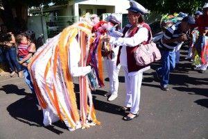 Mestre Zé Ferreira, capitão do Terno de Congada Chapéus de Fita, recepciona a bandeira da Congada Marinheiros de Franca no 14° Eoncontro de Congada, em maio de 2015, no Bairro de Santa Ifigênia, em Olímpia (SP).