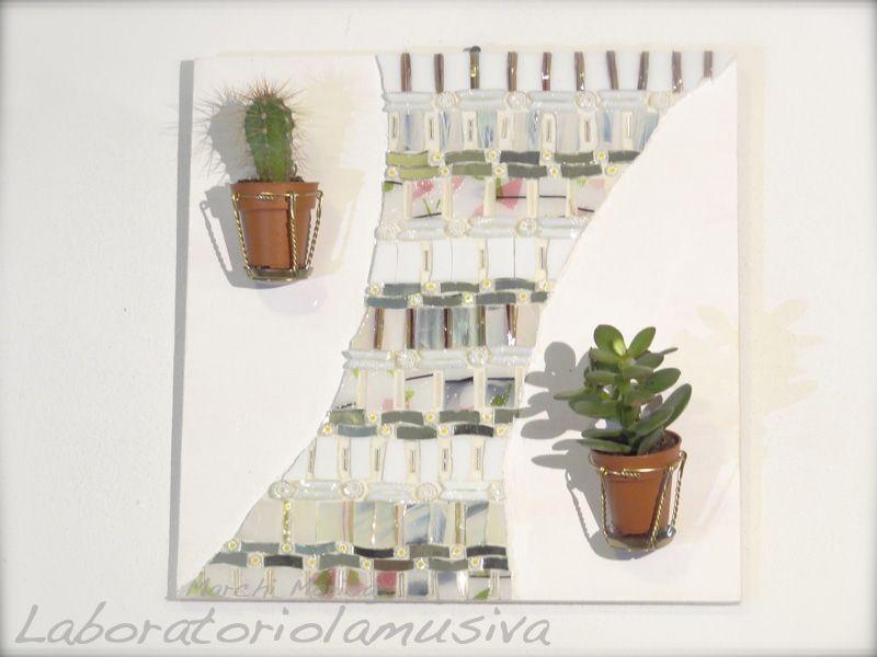 Giardino pensile bianco,  elemento decorativo da parete con piante grasse e mosaico in vetro e paste vitree