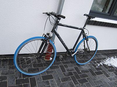 Kais Schwarzes Trekkingfahrrad Mit Unseren Blauen Reifen