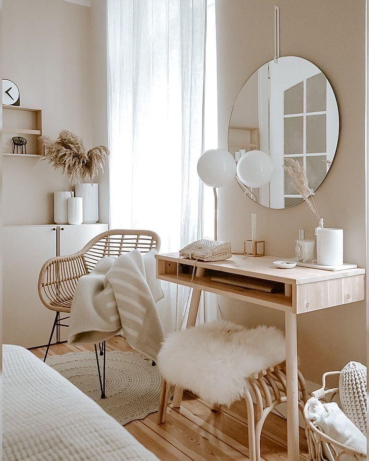 Spojení dřevěných detailů s ostatními dekoracemi dokáže v interiéru divy.