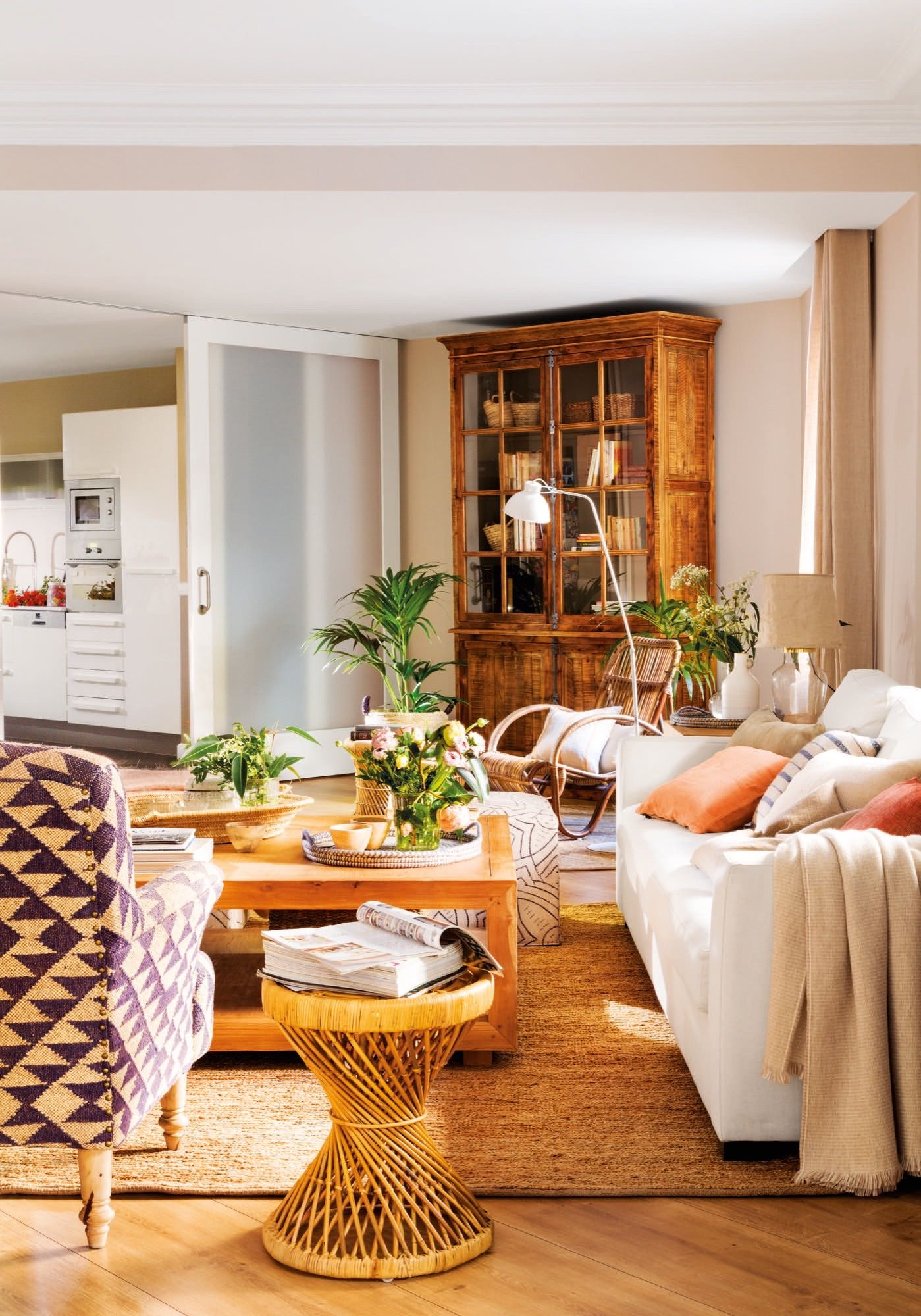 Sala de estar con puertas correderas y cocina de fondo disposición