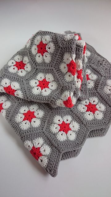 I love this African Flower Hexagon Crochet pattern! It was initially ...