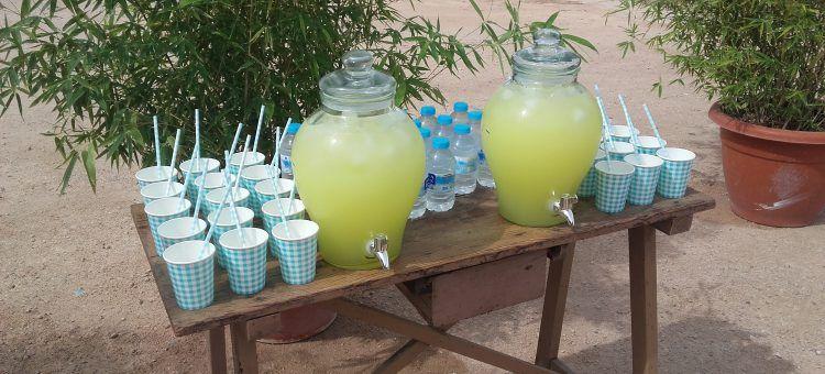 Mesa de agua y limonada