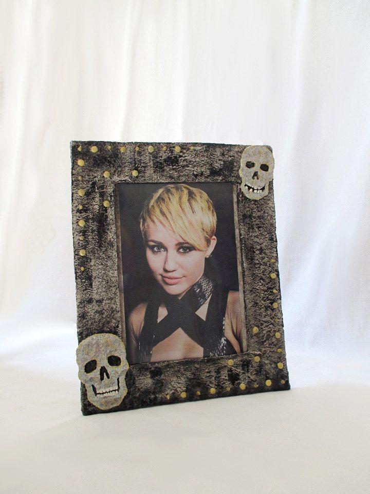 """Cornice nera per foto 15x21cm/6x8"""", porta foto stile gothic, porta ritratti, cartapesta, teschi e borchie, regalo unico, riciclo, ecodesign di FioreLunaEcoDeco su Etsy"""