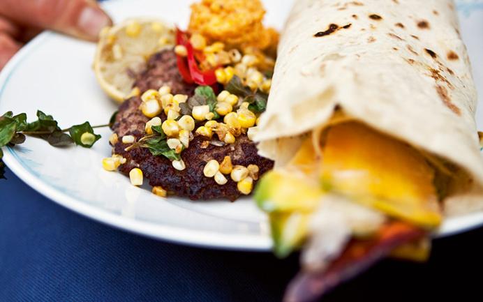 Tortilla-wraps med spicy oksekød, grøn salat og majs-peberfrugt-salsa