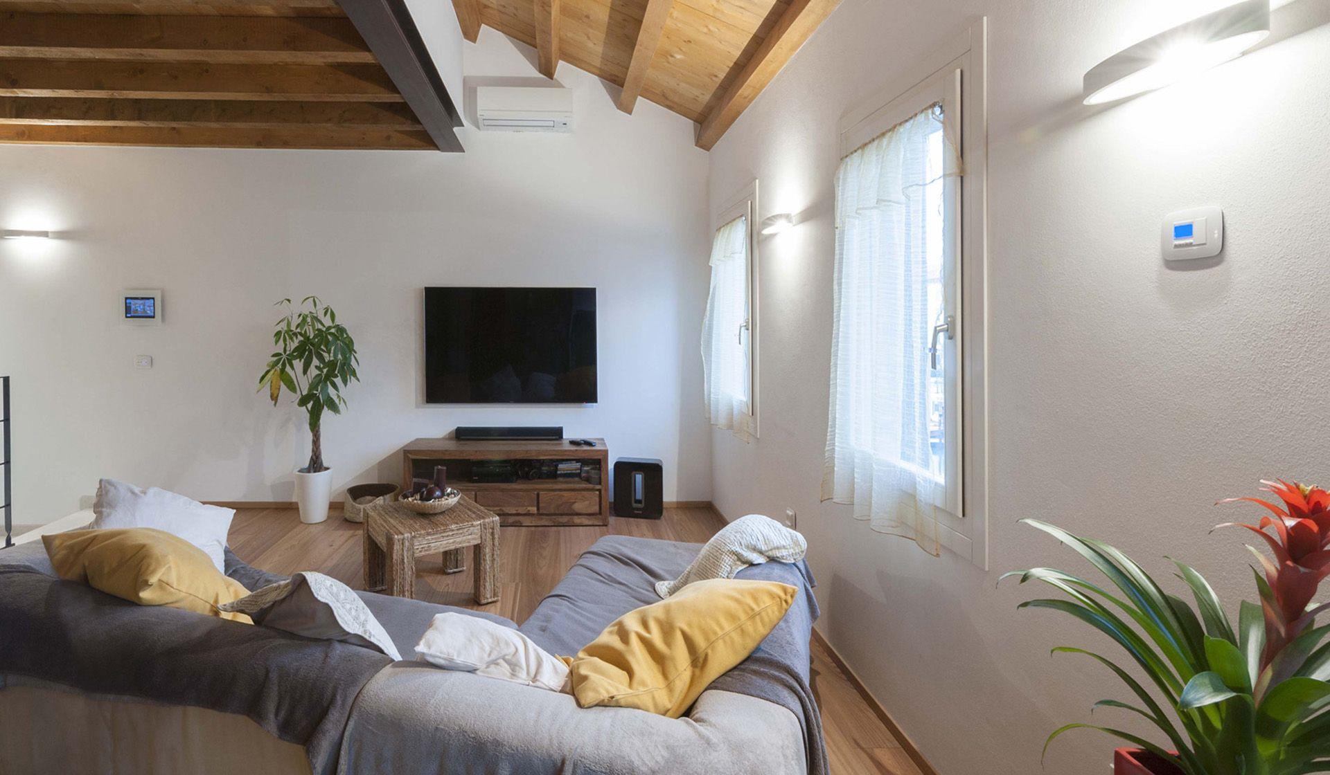 Vimar referenza a Venezia con la serie Arké esempio installazione domotica con il multimedia video touch screen e cronotermostato nella zona living