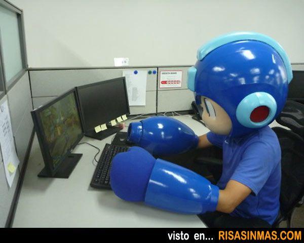 Rockman intentando jugar a su videojuego.