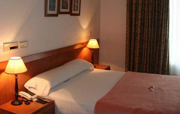 @HostalGranVía, amplias habitaciones con TV, WIFI gratuito, teléfono.
