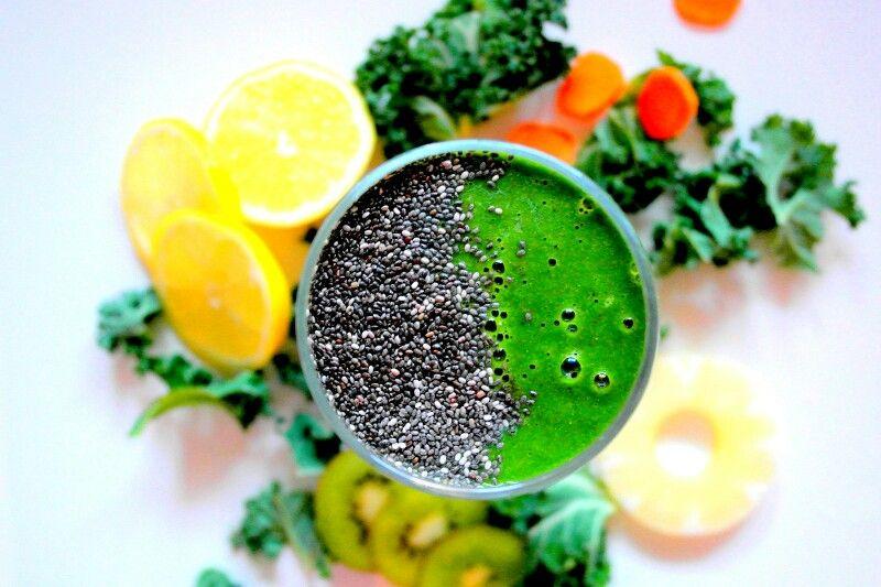 Na pogodę i nie pogodę kolorowo i zielono: + 3 garście jarmużu + 4 plastry ananasa+ 1 gruszka + 1/2 cytryny + 1 średnia marchewka pokrojona w cienkie plasterki + 1 kiwi + sok z 2 pomarańczy  + 2 łyżki amarantusa + 2 łyżki nasion chia. Wszystko razem wrzucamy do blendera i miksujemy. Jeśli komuś jest za gęsty koktajl można dodać więcej soku z pomarańczy lub dodać wodę, to już wedle uznania i gustu. Nic tylko miksować i pić :) Smacznego ❤