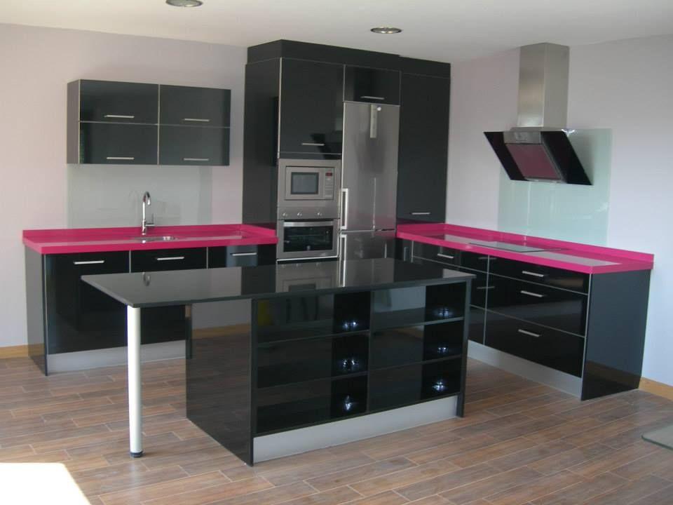 En negro brillo y fucsia montada por valdecantos galdos de logro o cocinas muebles - Cocinas rosa fucsia ...