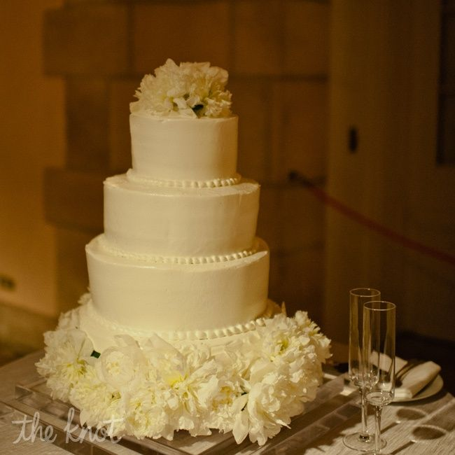 White butter cream round wedding cake // photo by: Bee Photographie ...