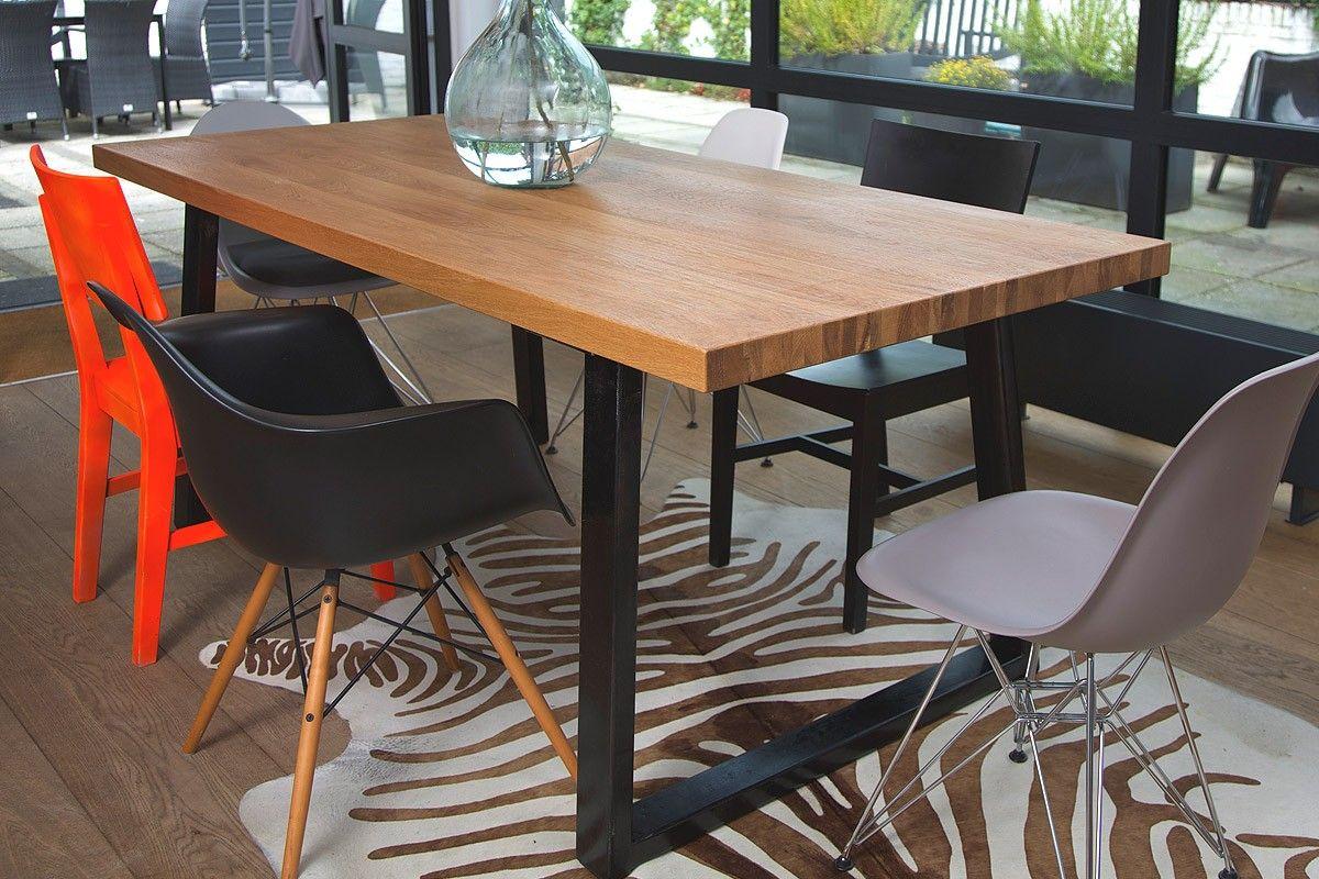 De stevige metalen poten van deze eikenhouten tafel zijn for Interieur kabinet