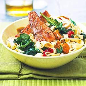 Una atractiva combinación de salmón, fideos fettuccine, espinacas, y un aderezo de vinagreta balsámica es la receta perfecta noche de la semana que se pueden preparar en menos de 30 minutos.
