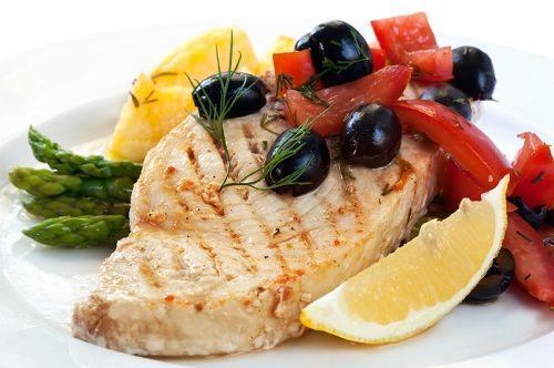 El pez espada es rico en minerales como el selenio, calcio, zinc, fósforo y flúor. Además, es una excelente fuente de vitamina B6, esencial para la producción de hemoglobina, previniendo así la anemia.