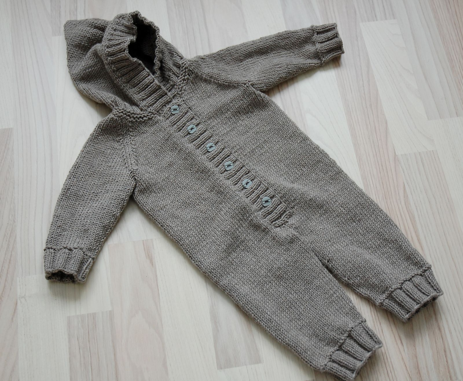 Ravelry: b20-23 - Jumpsuit with raglan sleeves by DROPS design ...