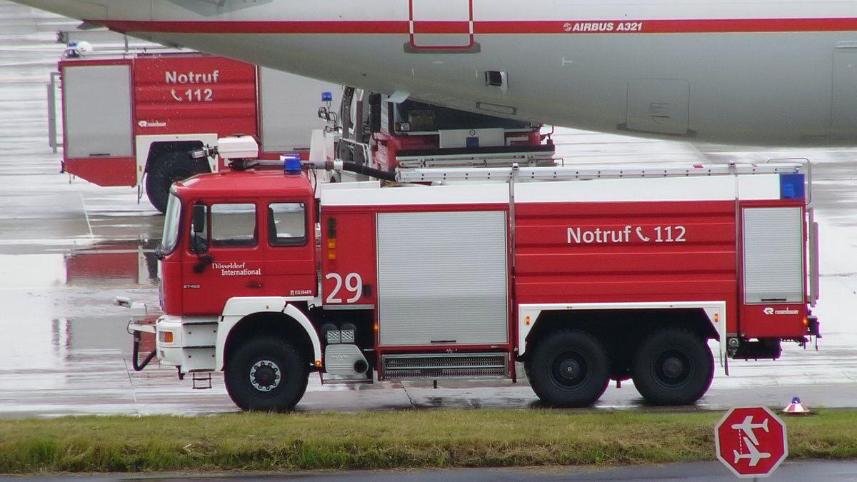 Ein Manrosenbauer Flf 9800 Flughafenlöschfahrzeug Am Flughafen