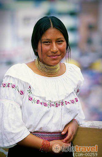 Lucero Quinchiguango vestida con traje típico de OTAVALO. Ecuador
