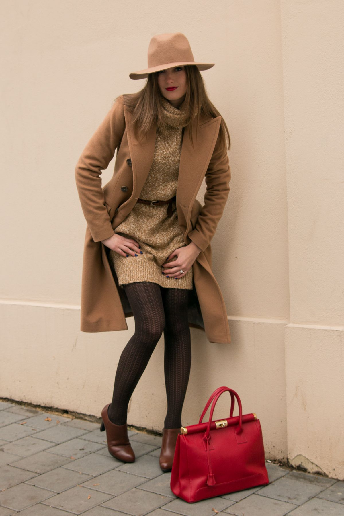 KNIT DRESS, OOTD, OUTFIT, HAT, RED BAG, NUDE, CAMEL COAT