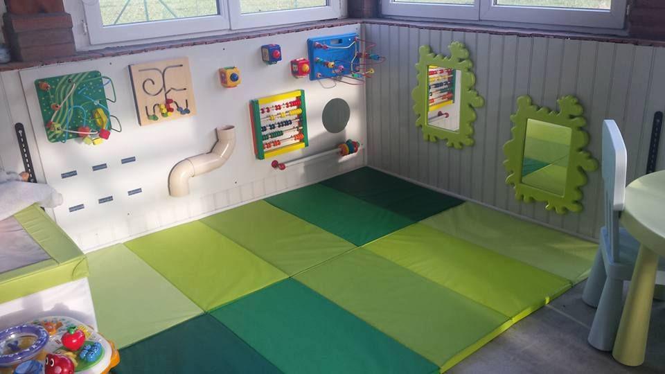 Salle de jeu amenagement nounou assistante maternelle montessori rangements jouets enfants - Amenagement chambre montessori ...