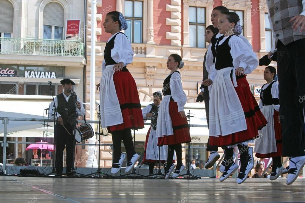 Membres de groupes folkloriques gero axular d'Espagne en costume national basque — Image #31135819