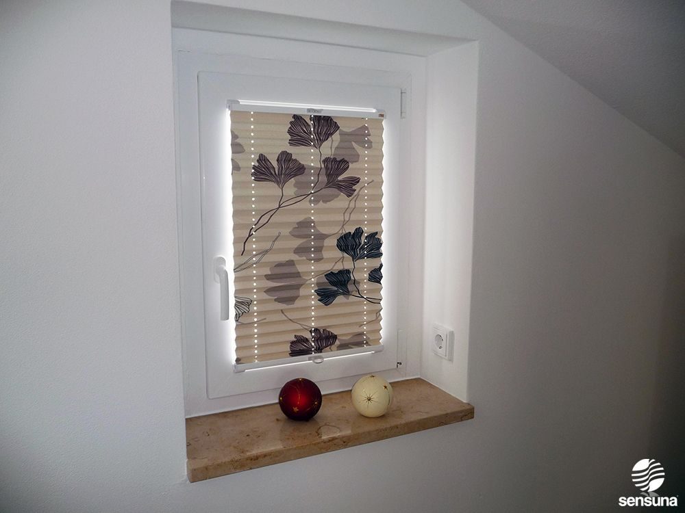 florale plissees lassen wei e w nde strahlen t r flur. Black Bedroom Furniture Sets. Home Design Ideas