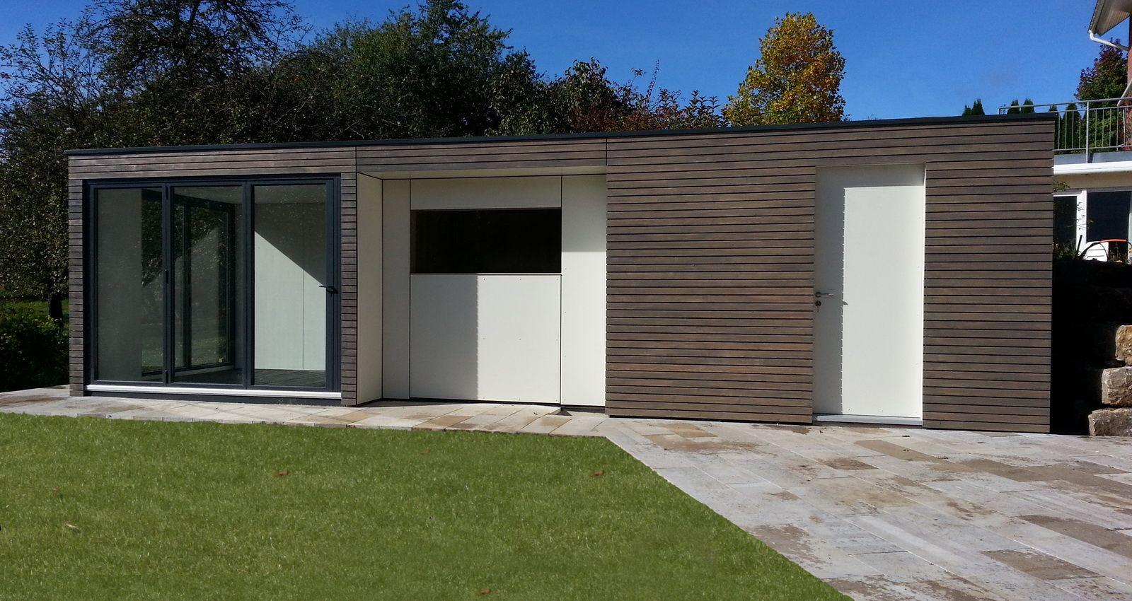 Moderne Aussensauna mit Vorraum und Raum für Pooltechnik