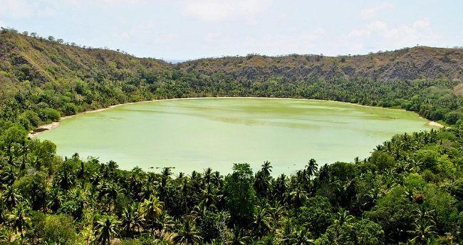 Lac de Dziani dans un cratère de volcan à Mayotte