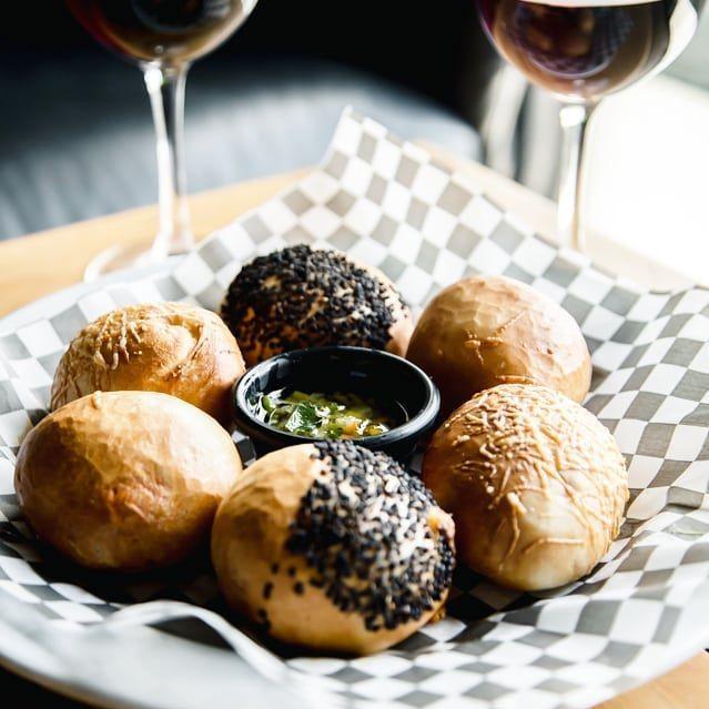 2X1 en copas de vino. TODOS LOS JUEVES ❤️. Acompaña tus vinos con una orden de Bagel Bombs: bolitas de pan bagel rellenas de peperoni con un chimichurri.