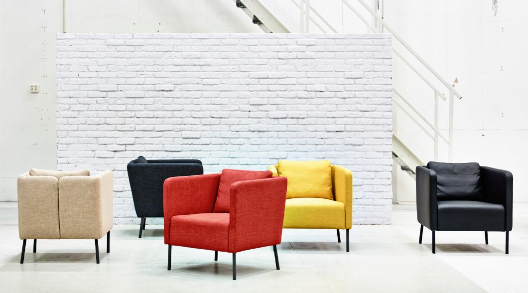 utstilling med eker lenestoler i beige m rk bl tt oransje gult og svart living room. Black Bedroom Furniture Sets. Home Design Ideas