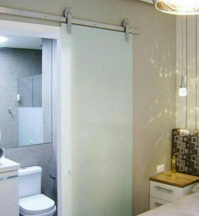 Inspira o porta de correr com roldanas banheiros for Portas de apartamentos modernas