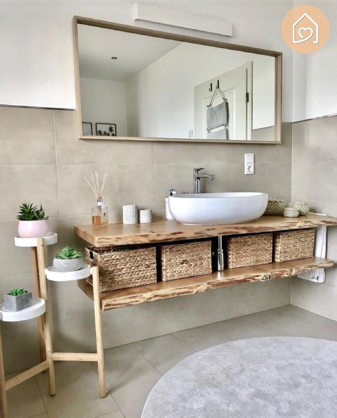 Stunning bathroom, really nice how she made this setup work!💛 Credit