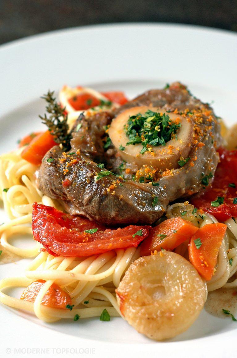 Ossobuco alla Milanese aus der Lombardei | Geschmorte Kalbshaxe auf Linguine mit Ofentomaten und kleinen italienischen Zwiebeln. #Italien #Italienisch #Kalb #Pasta